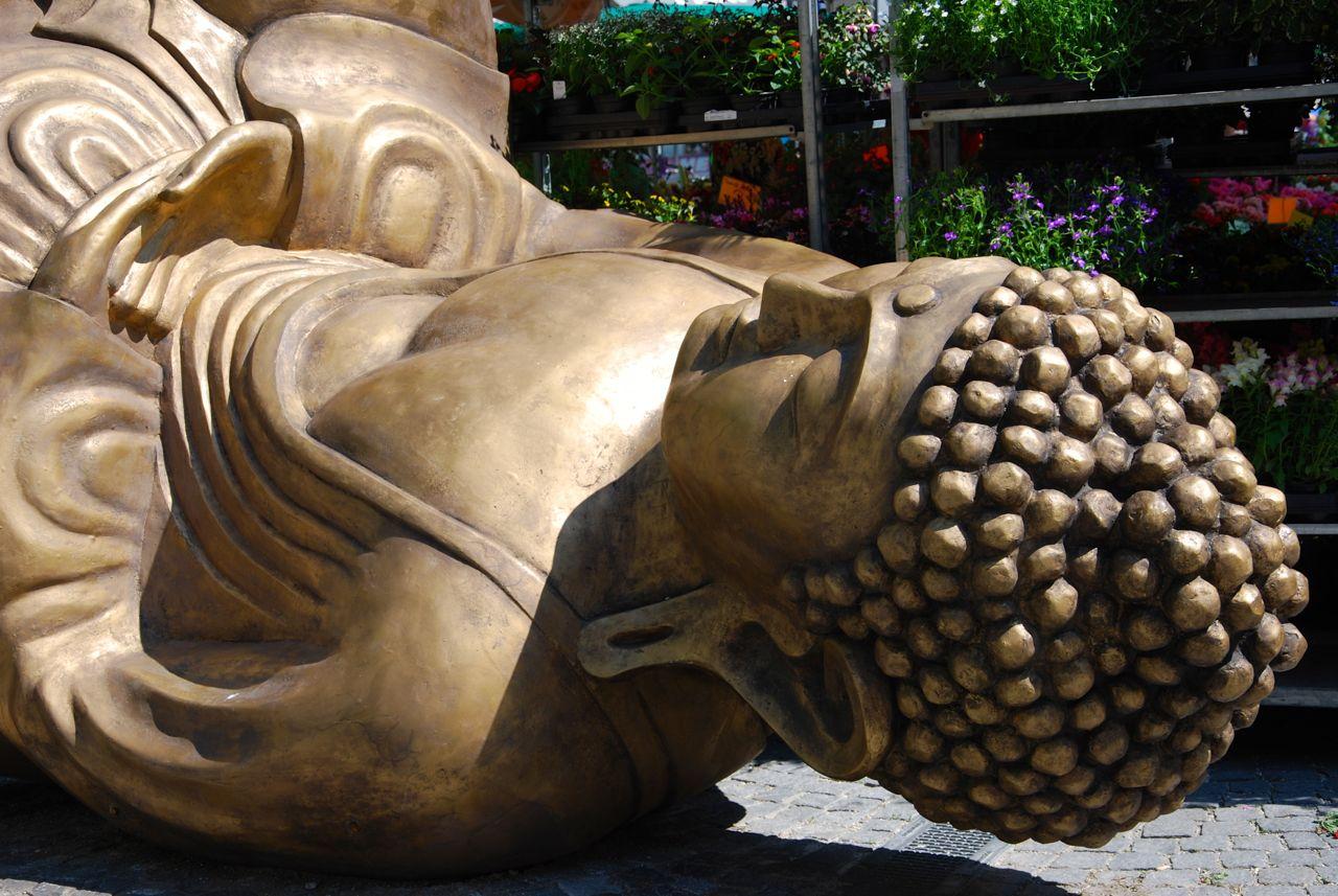 Liegender hockender Buddha